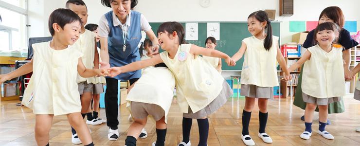 教室で遊ぶ園児