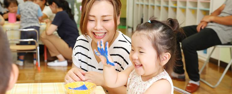 親子で仲良く手形スタンプ